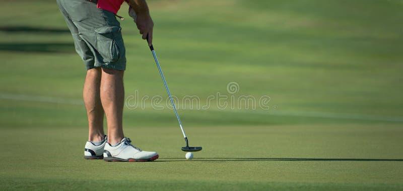 Παίζοντας γκολφ που προετοιμάζεται στον πυροβολισμό στοκ φωτογραφίες