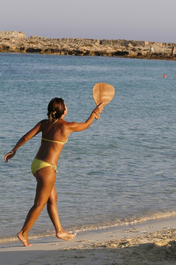 παίζοντας γυναίκα αντισφαίρισης παραλιών στοκ φωτογραφία με δικαίωμα ελεύθερης χρήσης