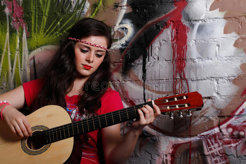 παίζοντας γυναίκα κιθάρω&n στοκ φωτογραφίες