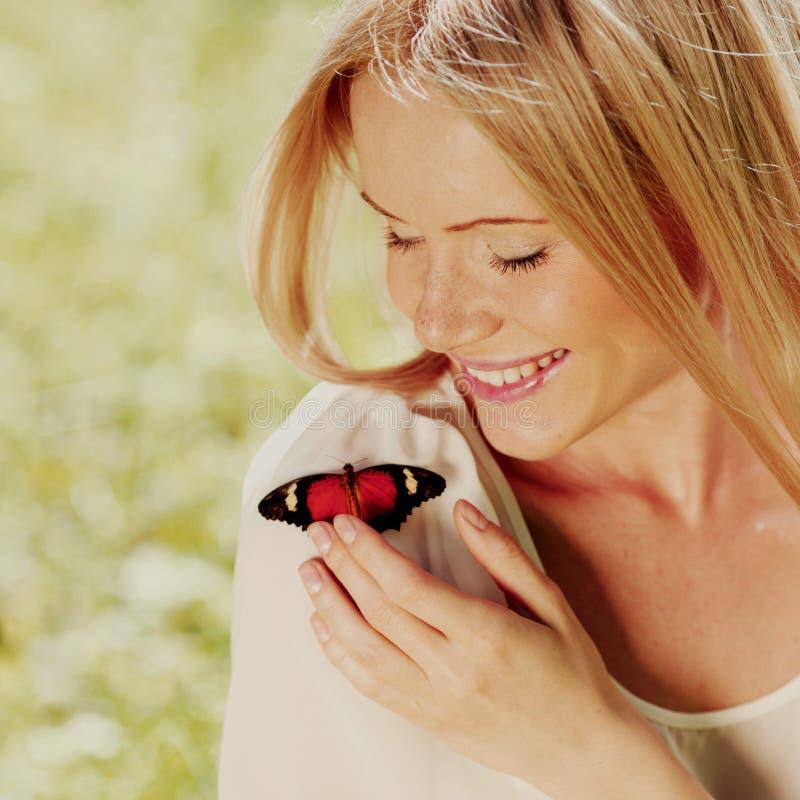 παίζοντας γυναίκα πεταλούδων στοκ φωτογραφίες