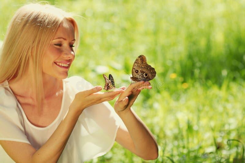 παίζοντας γυναίκα πεταλούδων στοκ φωτογραφία