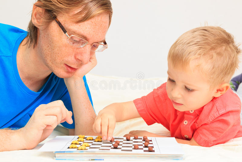 Παίζοντας ελεγκτές πατέρων και γιων στοκ εικόνες
