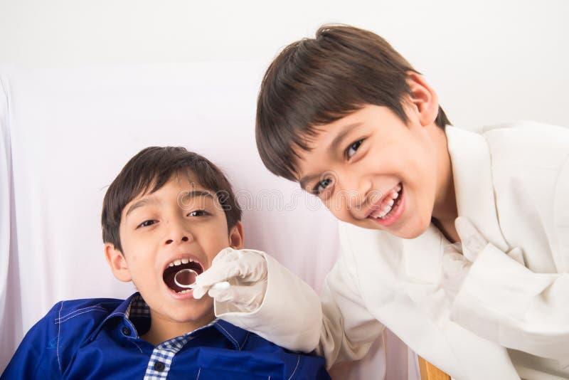 Παίζοντας ημέρα οδοντιάτρων στοκ εικόνα