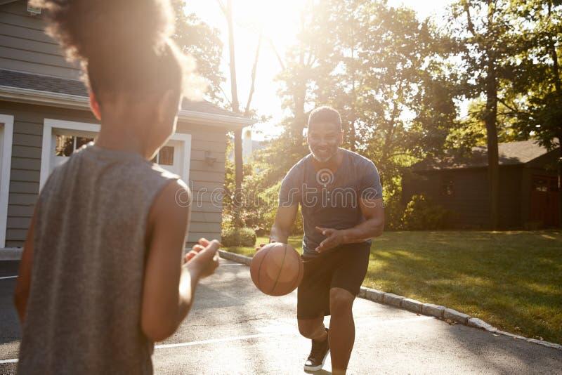 Παίζοντας καλαθοσφαίριση πατέρων και γιων Driveway στο σπίτι στοκ εικόνα με δικαίωμα ελεύθερης χρήσης