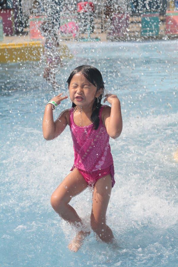 παίζοντας κολύμβηση λιμνώ&n στοκ φωτογραφίες με δικαίωμα ελεύθερης χρήσης