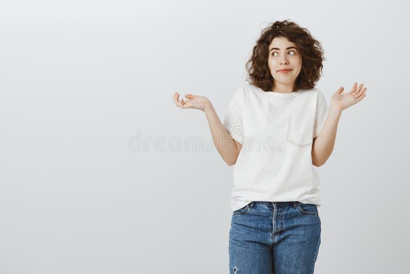 Παίζοντας μαφία κοριτσιών με τους φίλους, που κάνουν το ανίδεο πρόσωπο ενώ όντας κάτω από τη μεταμφίεση Ελκυστικός εξετασμένος σγ στοκ εικόνα με δικαίωμα ελεύθερης χρήσης