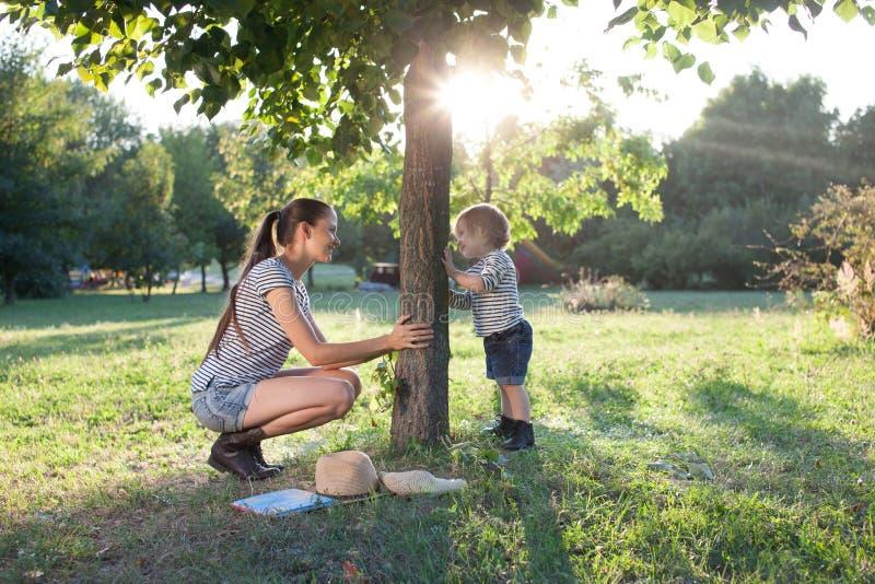 παίζοντας μικρό παιδί μητέρω& στοκ φωτογραφίες με δικαίωμα ελεύθερης χρήσης