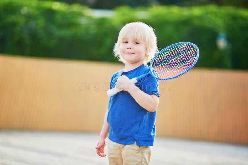 Παίζοντας μπάντμιντον μικρών παιδιών στην παιδική χαρά στοκ εικόνες