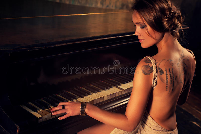 παίζοντας νεολαίες γυναικών πιάνων στοκ φωτογραφίες με δικαίωμα ελεύθερης χρήσης