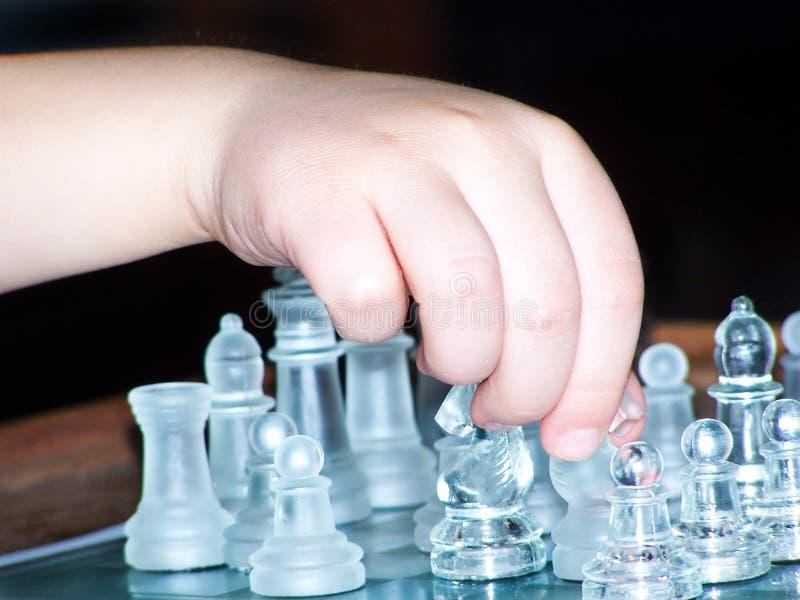 Παίζοντας παιχνίδι σκακιού με τα κομμάτια γυαλιού στοκ φωτογραφίες