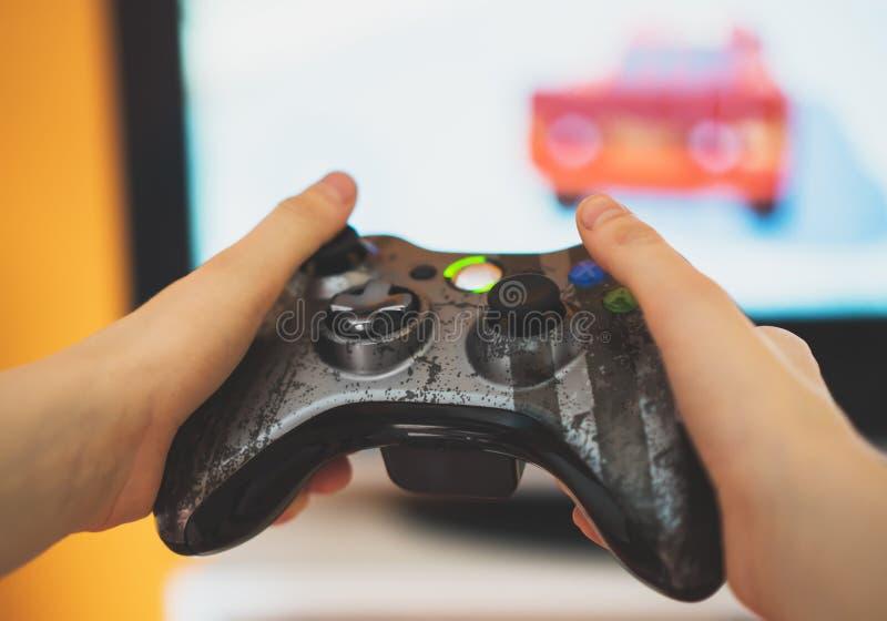Παίζοντας παιχνίδι στον υπολογιστή παιδιών στοκ εικόνες