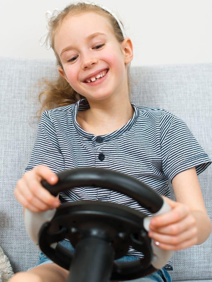 Παίζοντας παιχνίδι μικρών κοριτσιών στοκ εικόνες με δικαίωμα ελεύθερης χρήσης