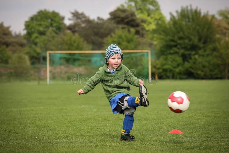 Παίζοντας ποδόσφαιρο αγοριών στοκ εικόνες