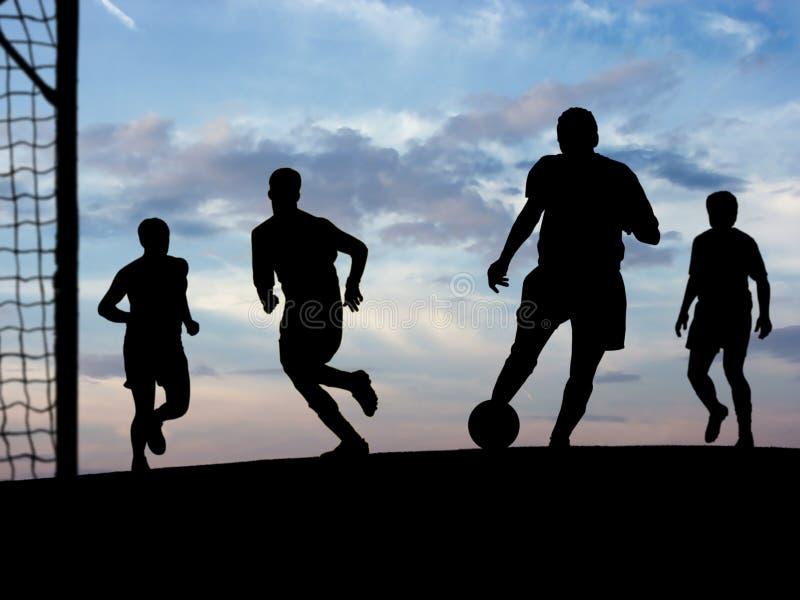 παίζοντας ποδόσφαιρο ο&upsilo στοκ φωτογραφίες