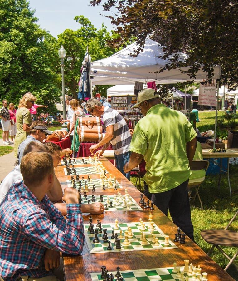 Παίζοντας πολλαπλάσια παιχνίδια σκακιού στοκ εικόνες