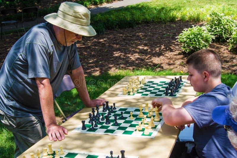 Παίζοντας πολλαπλάσια παιχνίδια σκακιού στοκ φωτογραφία με δικαίωμα ελεύθερης χρήσης