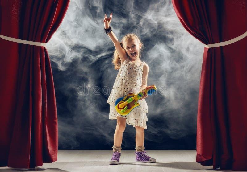 παίζοντας στάδιο κιθάρων &kap στοκ φωτογραφία
