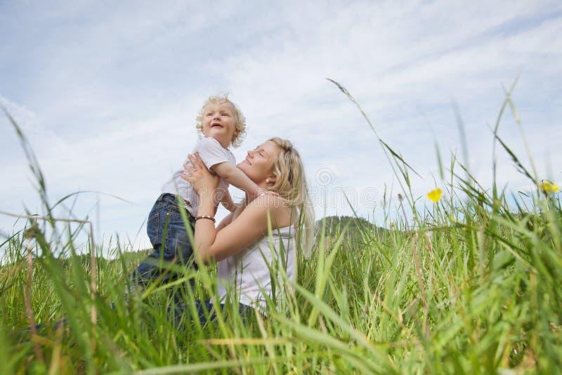 παίζοντας συνεδρίαση μητέ& στοκ φωτογραφία με δικαίωμα ελεύθερης χρήσης