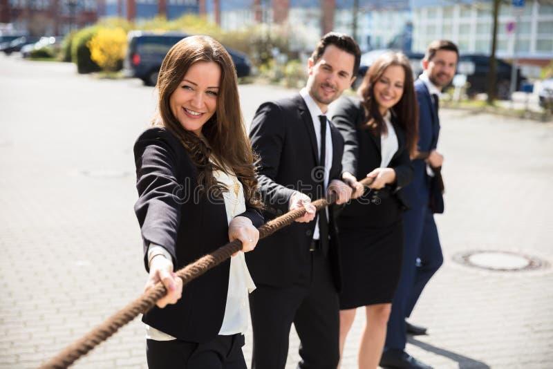 Παίζοντας σύγκρουση Businesspeople στοκ φωτογραφία με δικαίωμα ελεύθερης χρήσης