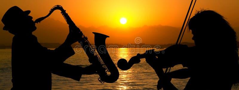 Παίζοντας τζαζ ζευγών σκιαγραφιών στοκ εικόνες