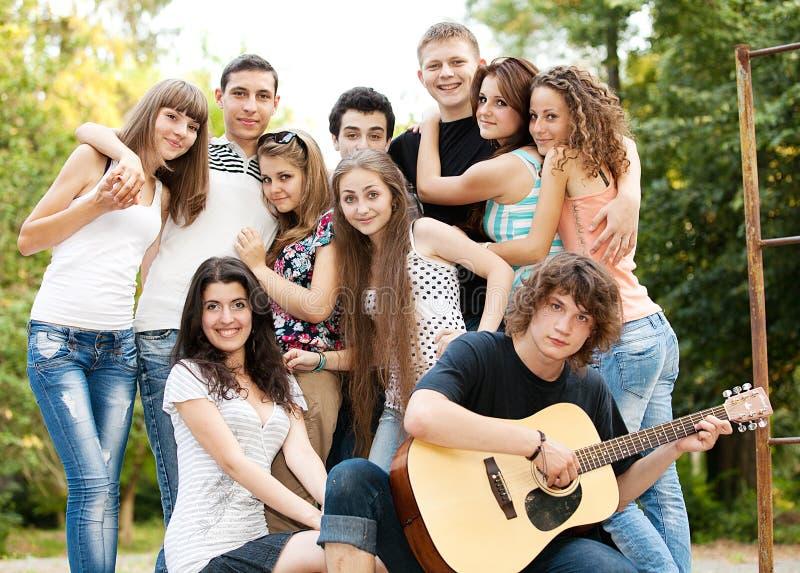 παίζοντας τραγουδώντας έ&p στοκ εικόνα