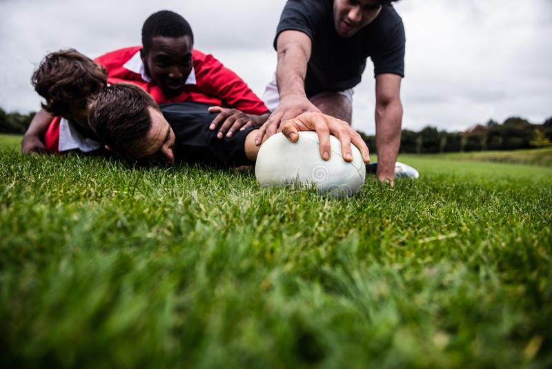Παίκτες ράγκμπι που αντιμετωπίζουν κατά τη διάρκεια του παιχνιδιού στοκ φωτογραφία