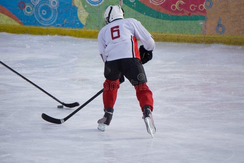 Παίκτης χόκεϋ πάγου στον πάγο Ανοικτό στάδιο - χειμερινός κλασικός αγώνας στοκ φωτογραφία με δικαίωμα ελεύθερης χρήσης