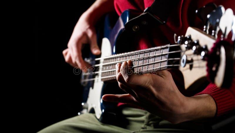 Παίξτε την κιθάρα Ανασκόπηση ζωντανής μουσικής Φεστιβάλ μουσικής Όργανο στη σκηνή και τη ζώνη ηλεκτρική μουσική απεικόνισης κιθάρ στοκ εικόνα