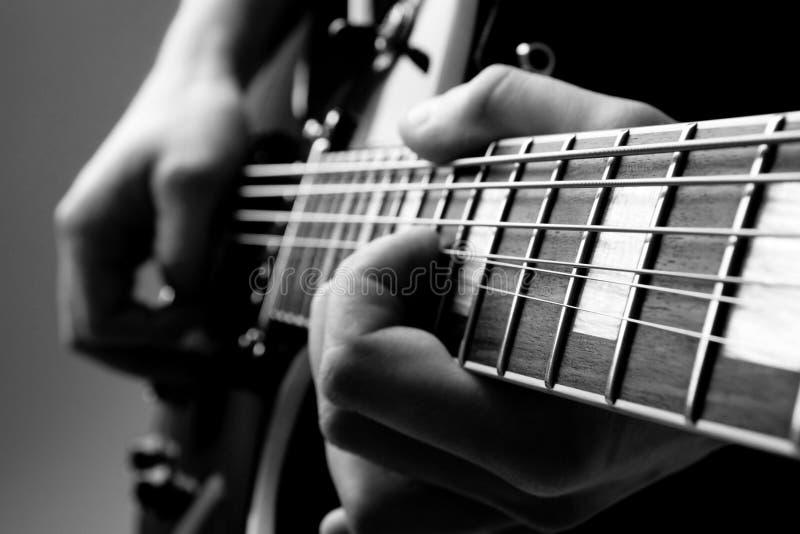 Παίξτε την κιθάρα στοκ φωτογραφίες με δικαίωμα ελεύθερης χρήσης