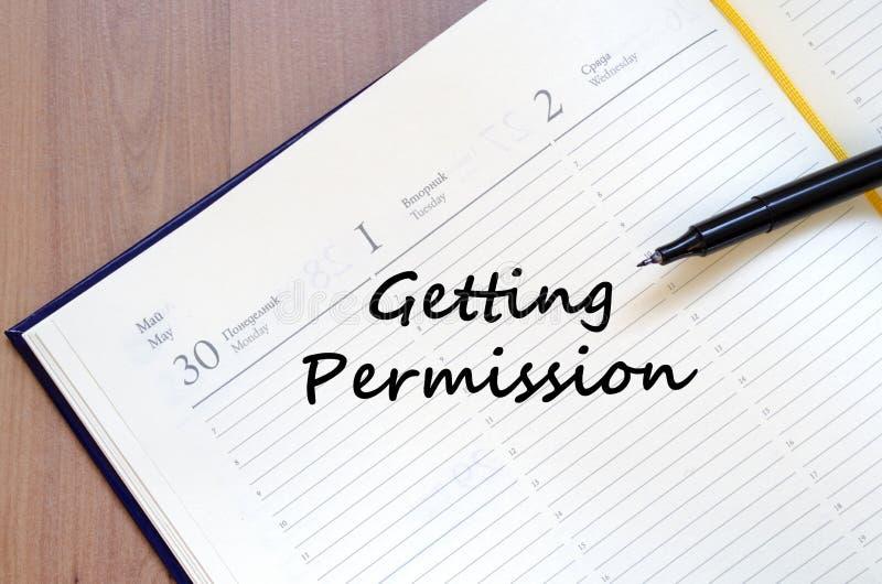 Παίρνοντας την άδεια γράψτε στο σημειωματάριο στοκ εικόνα με δικαίωμα ελεύθερης χρήσης