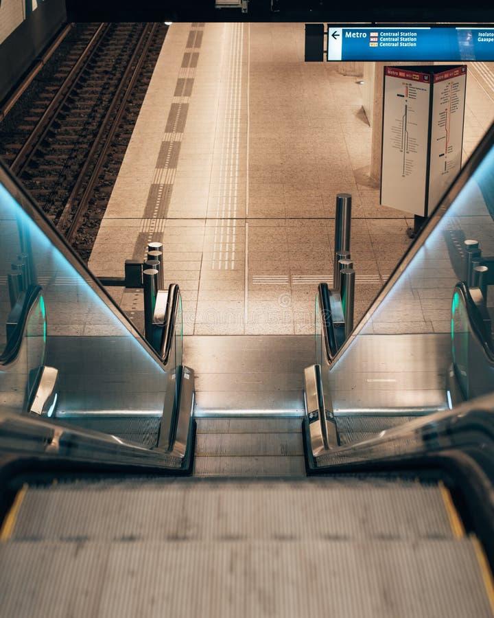 Παίρνοντας την κυλιόμενη σκάλα κάτω για τον κεντρικό σταθμό του Άμστερνταμ στοκ φωτογραφίες με δικαίωμα ελεύθερης χρήσης
