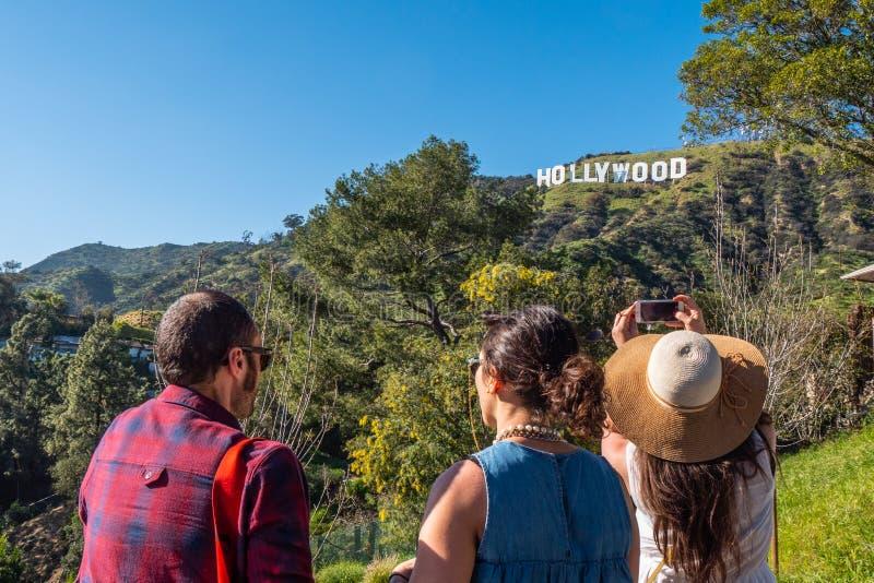 Παίρνοντας τις φωτογραφίες στο σημάδι Hollywood - ΚΑΛΙΦΟΡΝΙΑ, ΗΠΑ - 18 ΜΑΡΤΊΟ στοκ εικόνες με δικαίωμα ελεύθερης χρήσης