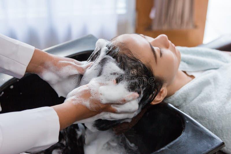 παίρνοντας το τρίχωμα η πλυμένη γυναίκα της στοκ εικόνα με δικαίωμα ελεύθερης χρήσης