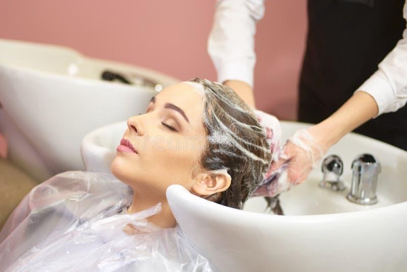 παίρνοντας το τρίχωμα η πλυμένη γυναίκα της στοκ εικόνα