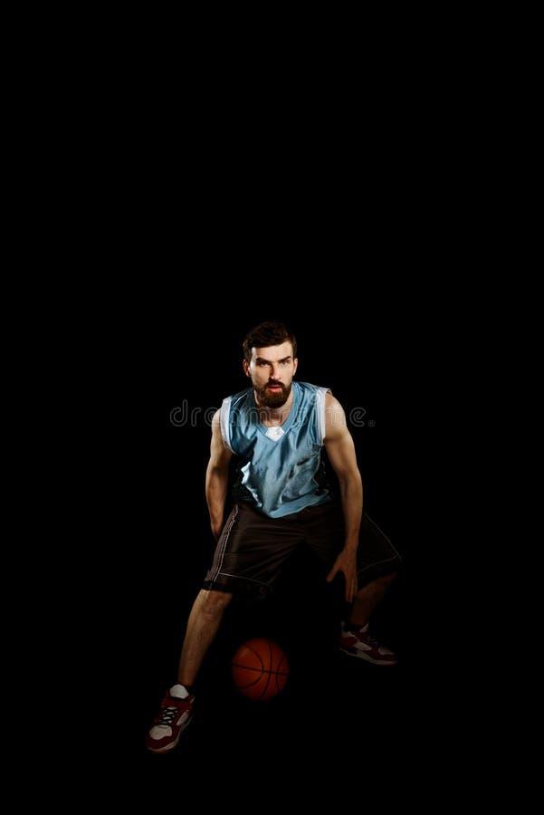 Παίχτης μπάσκετ που στάζει μια σφαίρα στοκ εικόνες με δικαίωμα ελεύθερης χρήσης