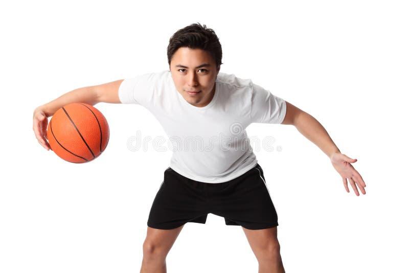 Παίχτης μπάσκετ στα σορτς και την μπλούζα στοκ φωτογραφίες