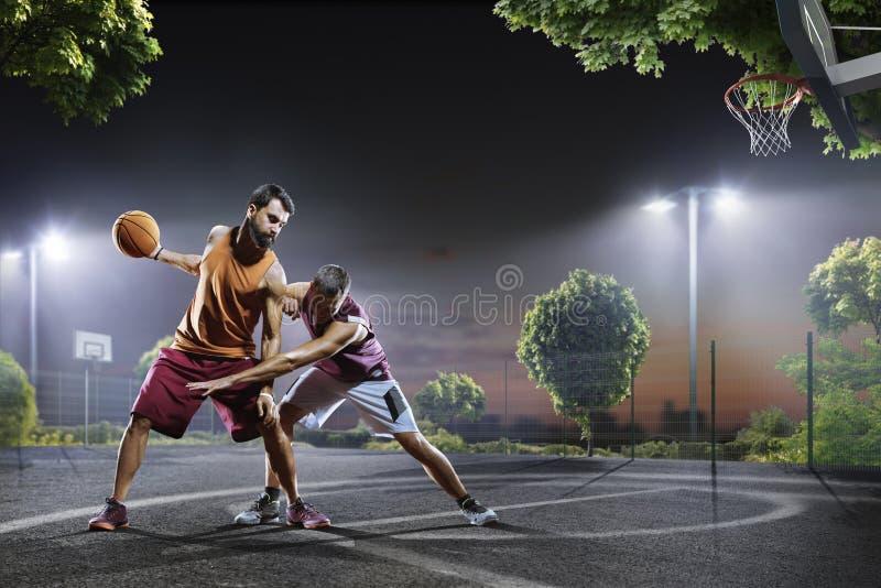 Παίχτης μπάσκετ στη δράση στο δικαστήριο στοκ εικόνα με δικαίωμα ελεύθερης χρήσης