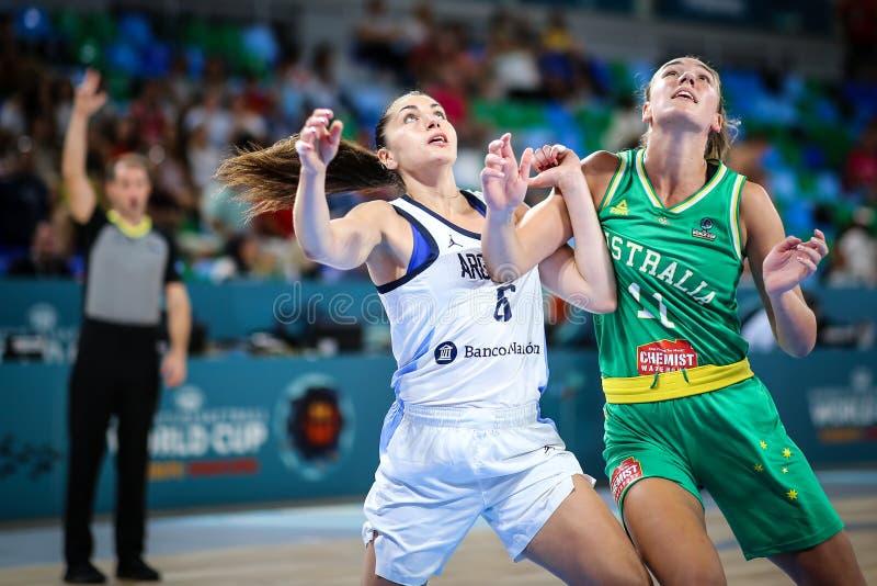 Παίχτης μπάσκετ της Αυστραλίας και της Αργεντινής σε μια ανταγωνιστική δράση στοκ εικόνα με δικαίωμα ελεύθερης χρήσης