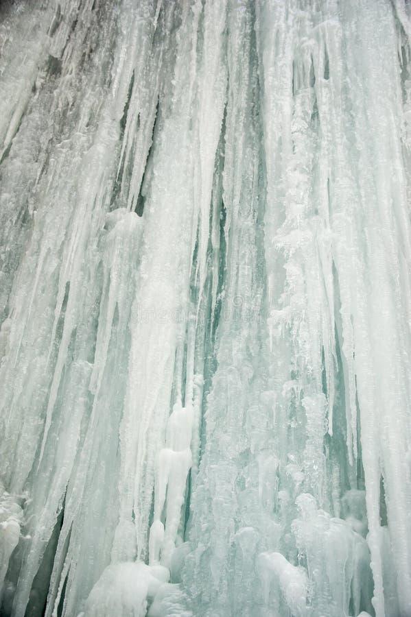 Παγάκια που πέφτουν απότομα κάτω από έναν παγωμένο καταρράκτη στοκ εικόνα με δικαίωμα ελεύθερης χρήσης