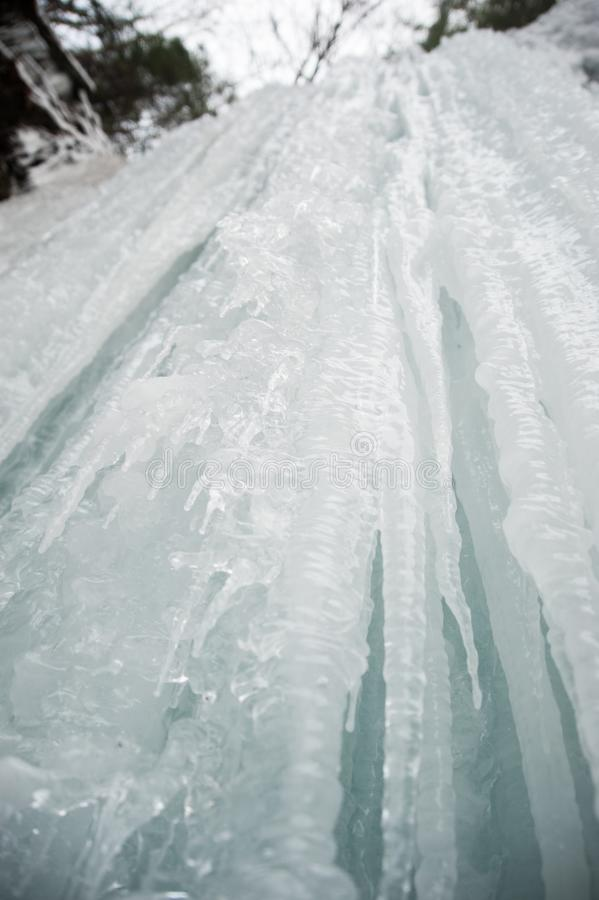 Παγάκια που πέφτουν απότομα κάτω από έναν παγωμένο καταρράκτη στοκ φωτογραφίες με δικαίωμα ελεύθερης χρήσης