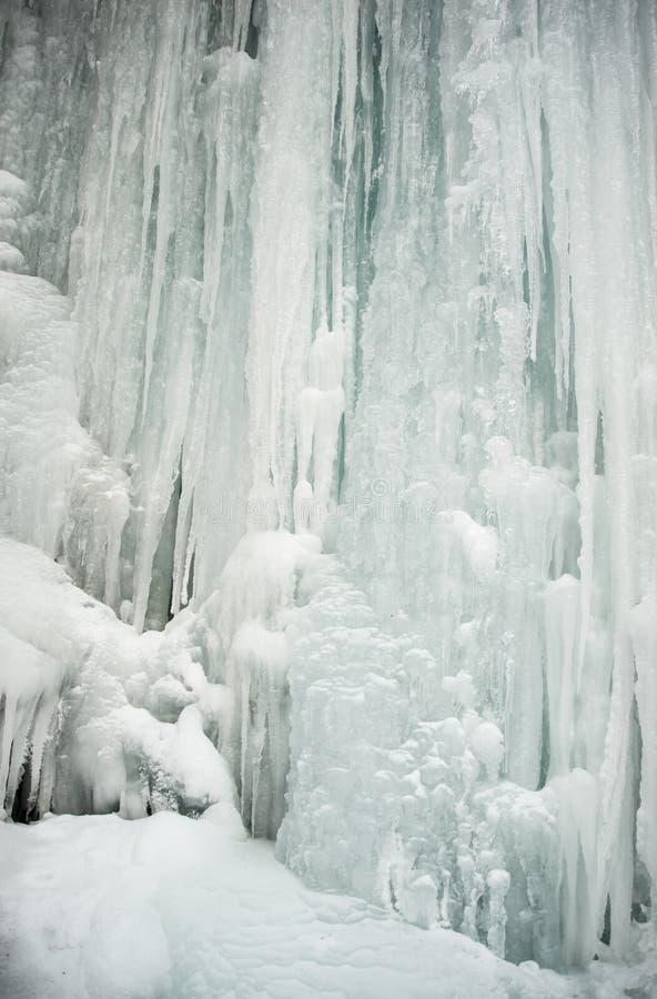 Παγάκια που πέφτουν απότομα κάτω από έναν παγωμένο καταρράκτη στοκ εικόνα