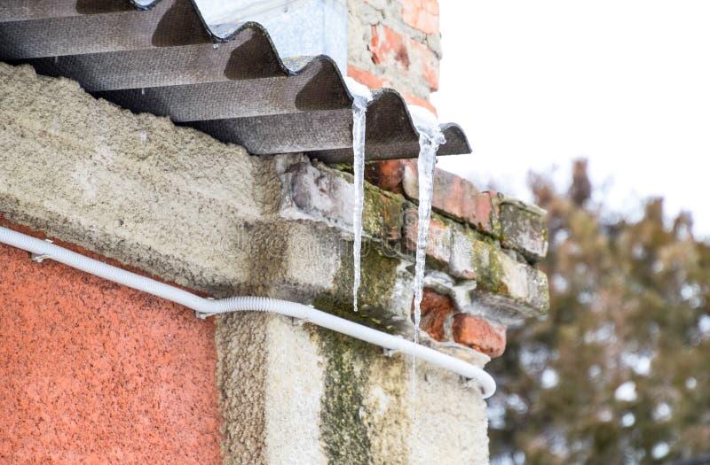 Παγάκια στη στέγη Επισφαλής στέγη Πάγωμα του νερού στοκ φωτογραφίες με δικαίωμα ελεύθερης χρήσης