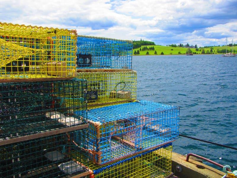 Παγίδες αστακών που συσσωρεύονται σε μια αποβάθρα αλιείας στοκ εικόνα με δικαίωμα ελεύθερης χρήσης