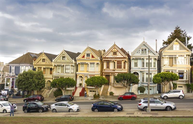 Παγκοσμίως διάσημα χρωματισμένα γυναικεία σπίτια στο Σαν Φρανσίσκο στοκ εικόνα