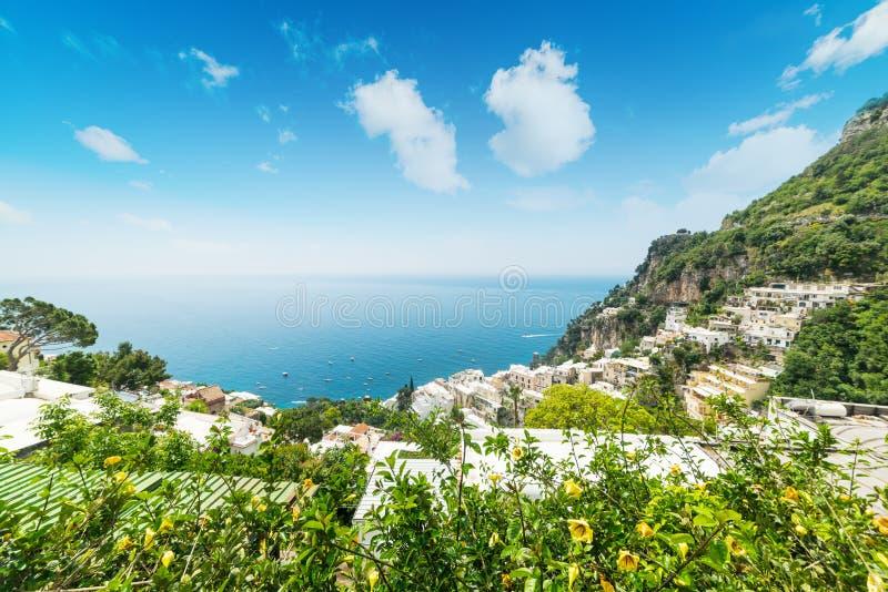 Παγκοσμίως διάσημη ακτή Positano μια σαφή ημέρα στοκ εικόνες