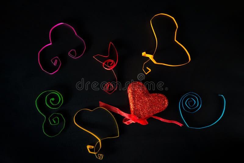 Παγκόσμια ευγένεια ημέρα δέκατος τρίτος του Νοεμβρίου - οι διαφορετικές καρδιές χρωμάτων που έκαναν τα παιδιά είναι σε έναν μαύρο στοκ φωτογραφίες με δικαίωμα ελεύθερης χρήσης