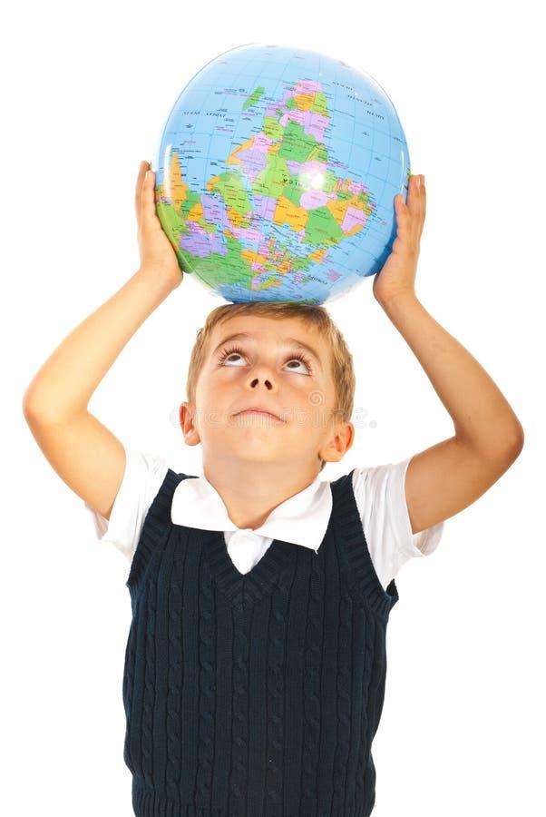Παγκόσμια σφαίρα εκμετάλλευσης αγοριών στο κεφάλι στοκ εικόνες