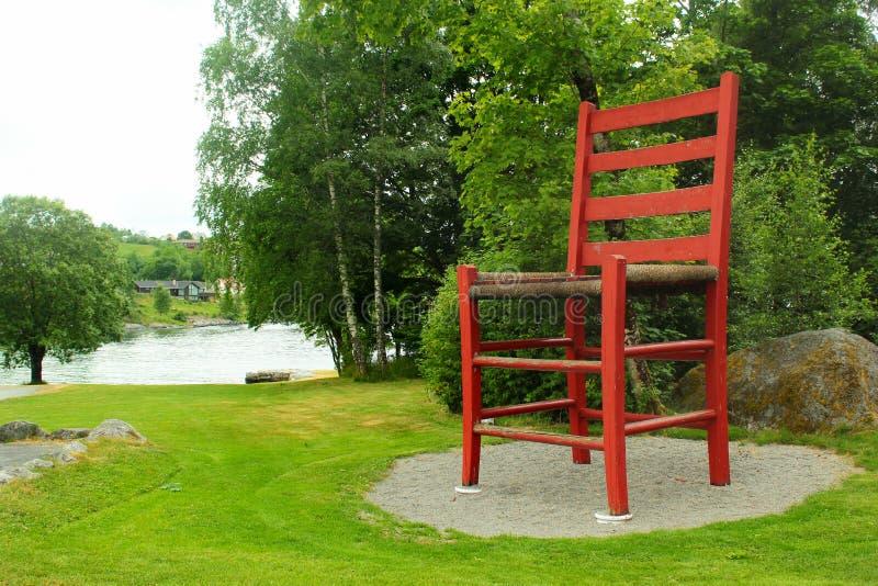 Παγκόσμια ` s μεγαλύτερη παραδοσιακή καρέκλα σε Hjelmeland, Νορβηγία στοκ φωτογραφίες