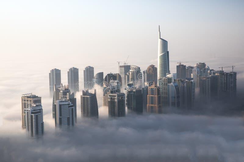 Παγκόσμιοι ` s πιό ψηλοί ουρανοξύστες στην πυκνή ομίχλη κατά τη διάρκεια ενός χειμερινού πρωινού στοκ εικόνες με δικαίωμα ελεύθερης χρήσης