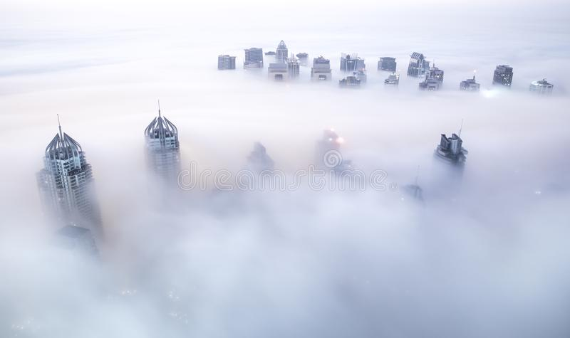 Παγκόσμιοι ` s πιό ψηλοί ουρανοξύστες στην πυκνή ομίχλη κατά τη διάρκεια ενός χειμερινού πρωινού στοκ φωτογραφία